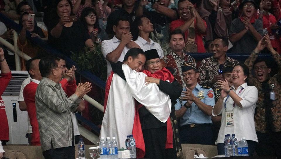 Cerita Pesilat Hanifan bersama Jokowi-Prabowo Berpelukan dalam Balutan Bendera Merah Putih