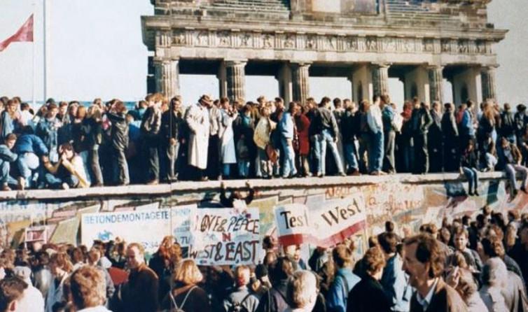 30 Tahun Runtuhnya Tembok Berlin: Susunan 11 Pemain Terbaik Kombinasi Jerman Timur dan Barat
