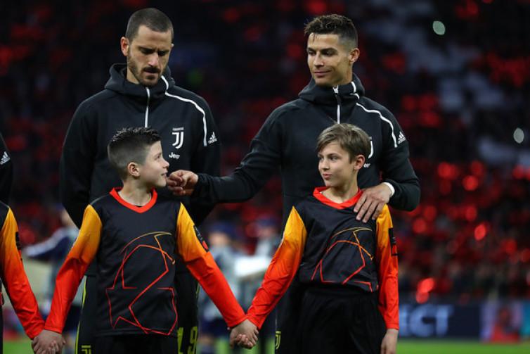 Aksi Usil Cristiano Ronaldo Berbuah Senyum Bocah Pendamping Pemain